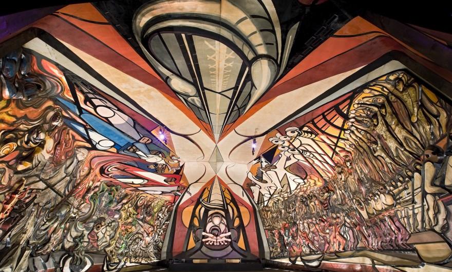 """Polyforum como su nombre lo indica, significa foro múltiple, en el que se realizan actividades de carácter cultural, político o social. Consta de varios espacios autónomos como son: teatro con capacidad para 500 espectadores, galerías, oficinas y el Foro Universal. """"Polyforum Siqueiros"""" es en sí un museo. Los 12 paneles exteriores del edificio y los 2, 400 metros cuadrados de pintura mural """"La Marcha de la Humanidad"""" , suman 8,700 metros cuadrados de una excepcional y única muestra representativa del movimiento denominado Muralismo Mexicano, que nace en 1920. Así mismo, el Polyforum Siqueiros es una Institución Privada y se sostiene gracias a los recursos que las actividades culturales generan. Los fondos provenientes de donaciones, aportaciones o patrocinios se depositan íntegramente a la Fundación Siqueiros, A.C., para hacer transparente el manejo de esos recursos, cuya finalidad es la conservación y restauración del recinto."""