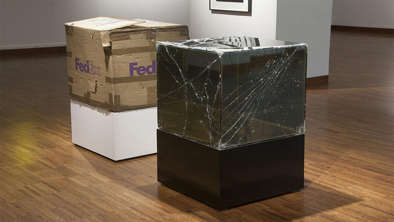 Artista envía por FedEx esculturas destrozadas para exponerlas