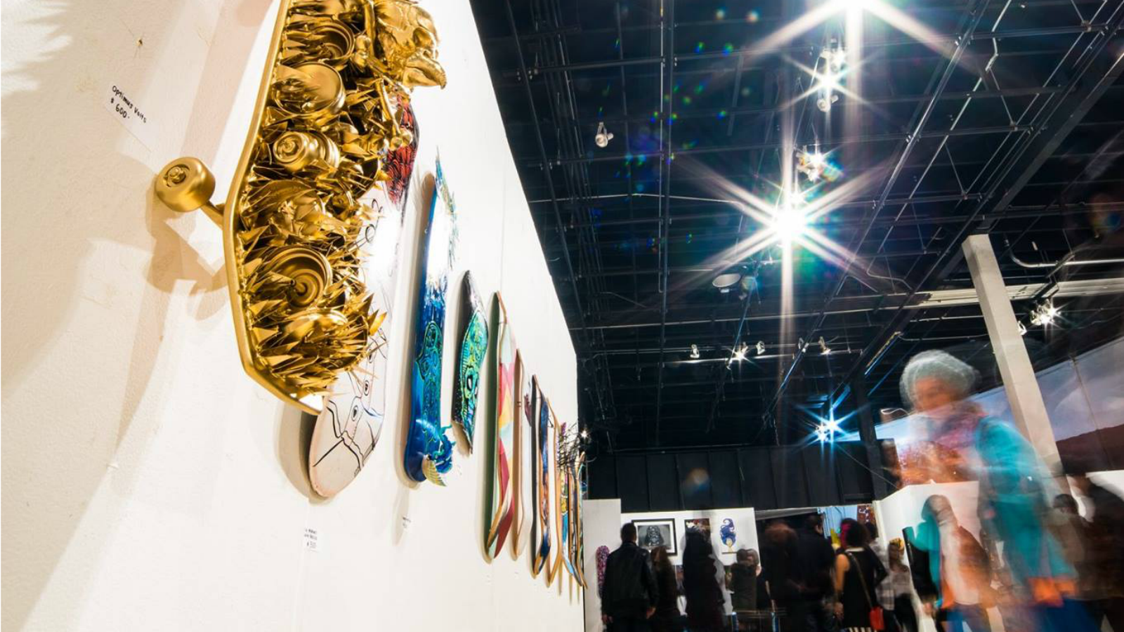 Artistas intervienen tablas de skate en galería de San Diego