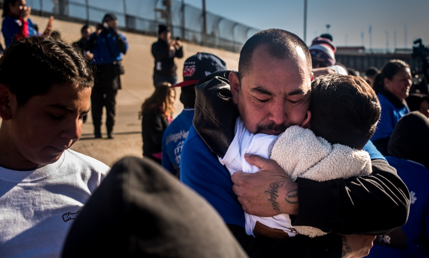 Hugs Not Walls; regresarle dignidad a las fronteras