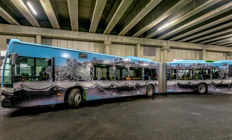 Artista polaco interviene el autobús más grande de Nuart Festival