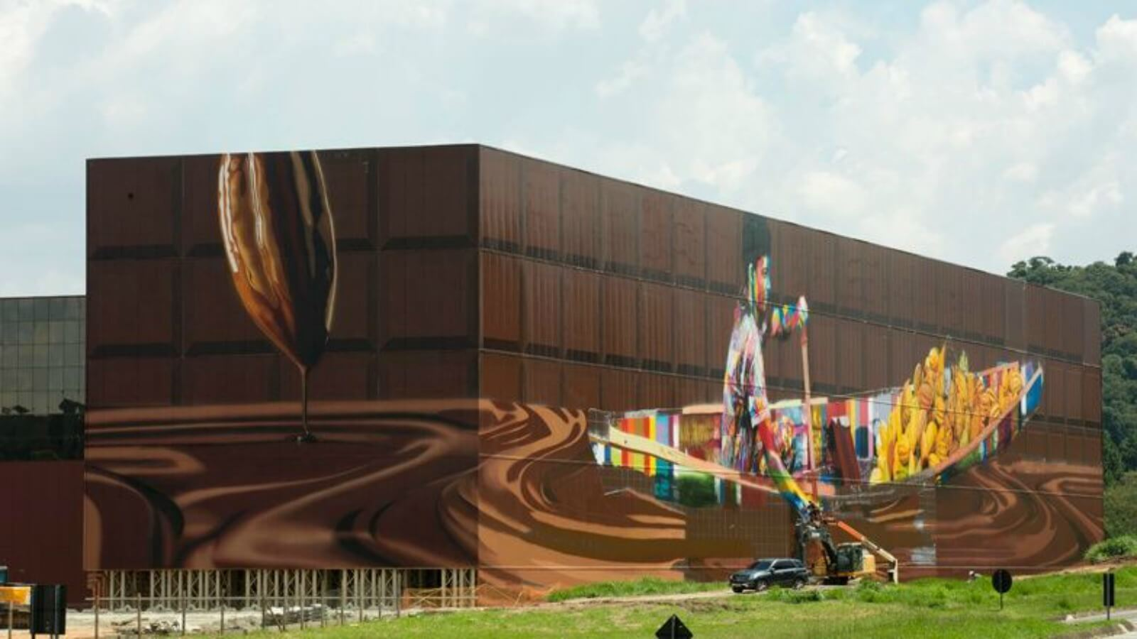 Eduardo Kobra interviene muro de fábrica de chocolate en Brasil, su trabajo más grande hasta el momento