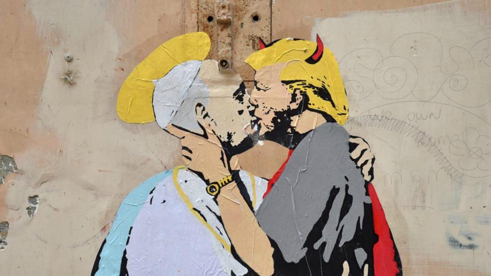 En Roma: ¡mural del Papa y Trump besándose! ?