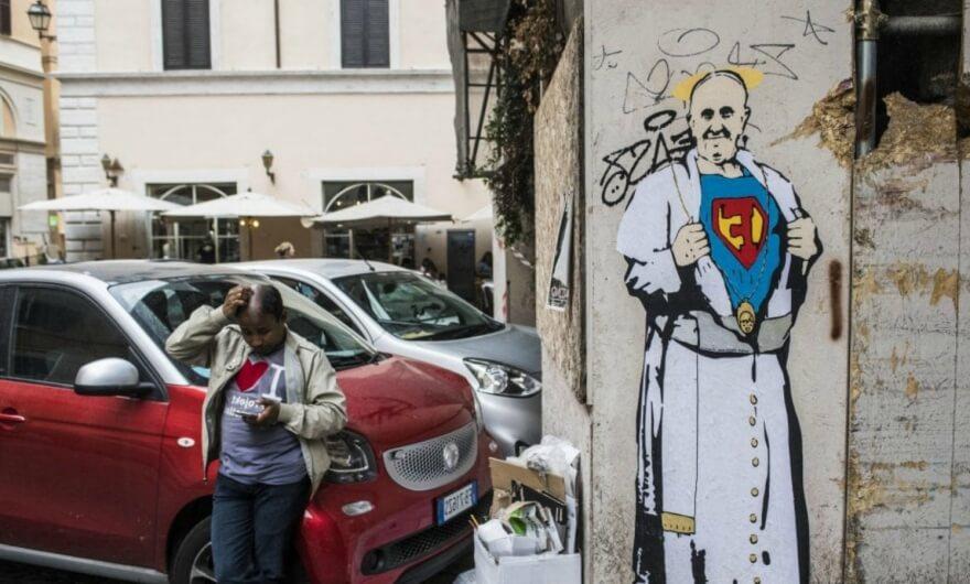 Un grupo de personas se dedican a borrar murales sobre el Papa ?