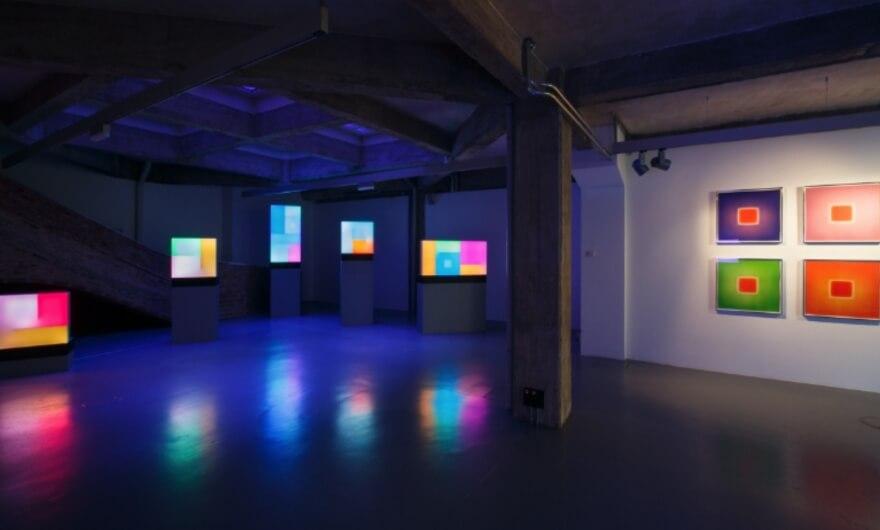 Arte, luces y música, la nueva exposición de Brian Eno en Ivorypress
