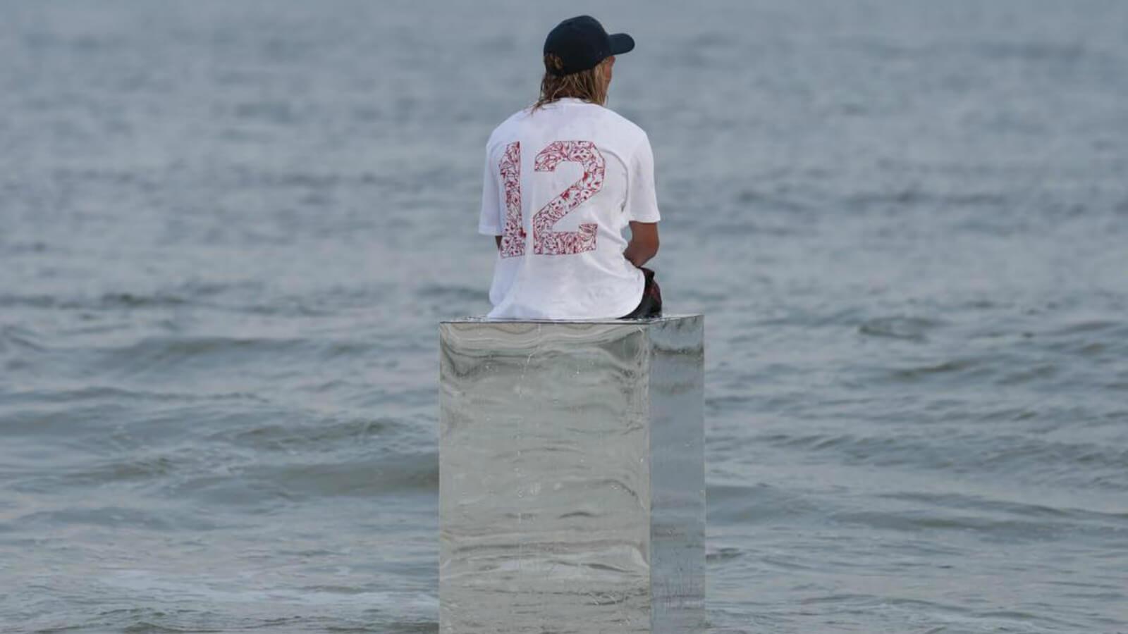 Increíble instalación hace que artista camine sobre el mar