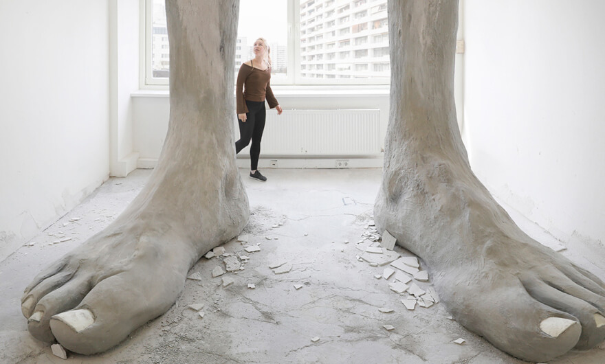 Ego Erectus, la colosal escultura que aplasta el capitalismo