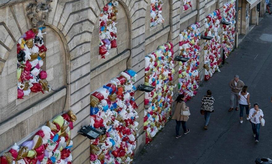 Vitrales con desechos plásticos: nueva intervención francesa en mercado