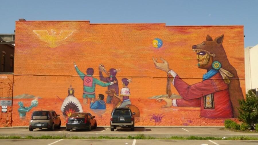 Niños jugando y diversos personajes en mural colectivo