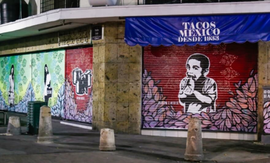 Arte y comunidad: intervención de cortinas de locatorios por Galería Monumental en Guadalajara