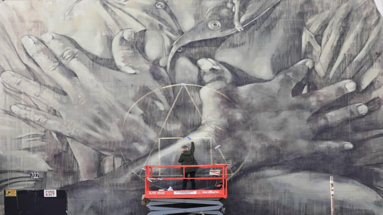 El mural de Faith 47 le da voz a los desfavorecidos