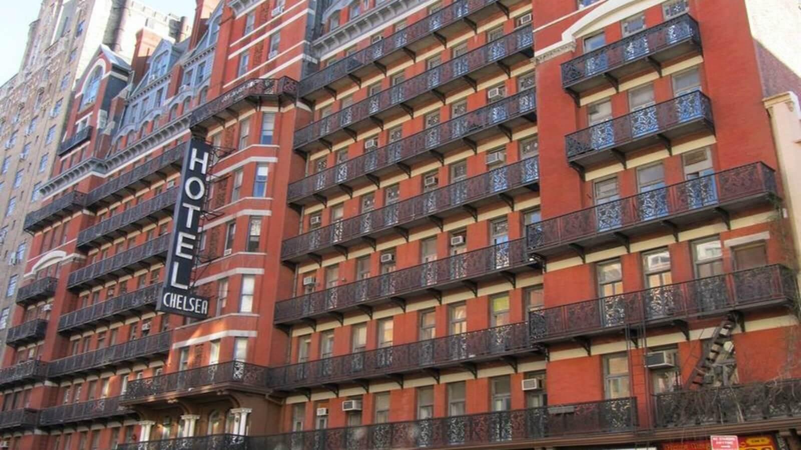 Ahora puedes comprar la puerta de Bob Marley o Andy Warhol del legendario Chelsea Hotel