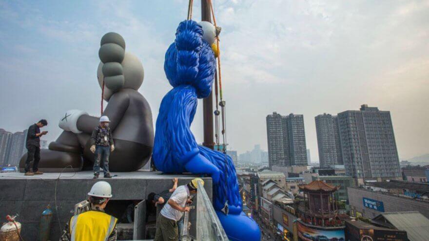Seeing/Watching, la primer escultura pública permanente de KAWS