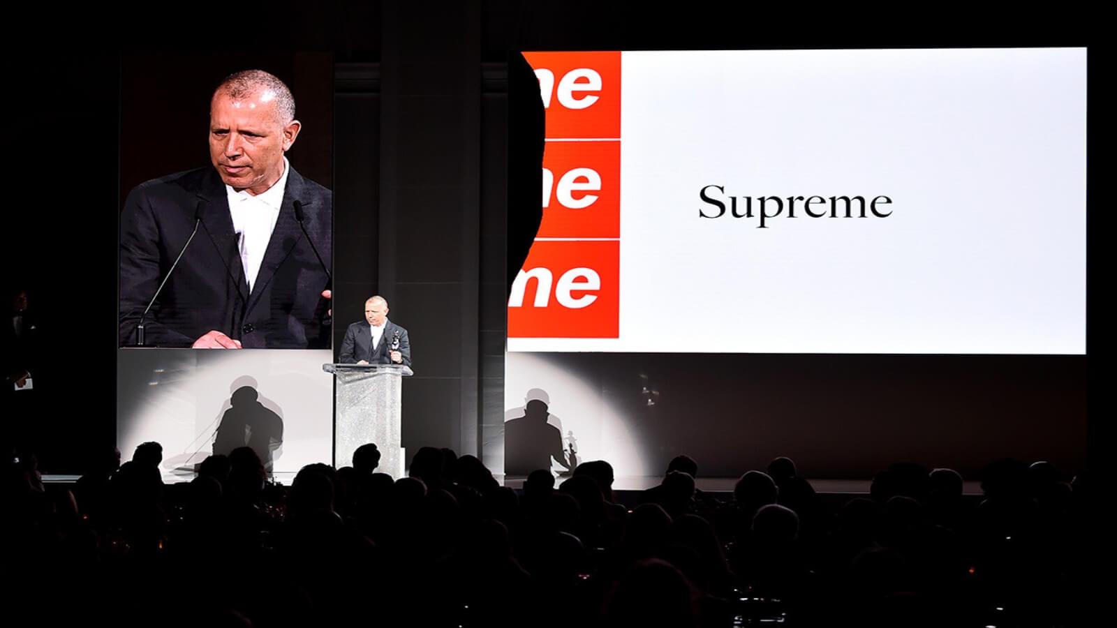 Otorgan premio de moda a diseñador de Supreme