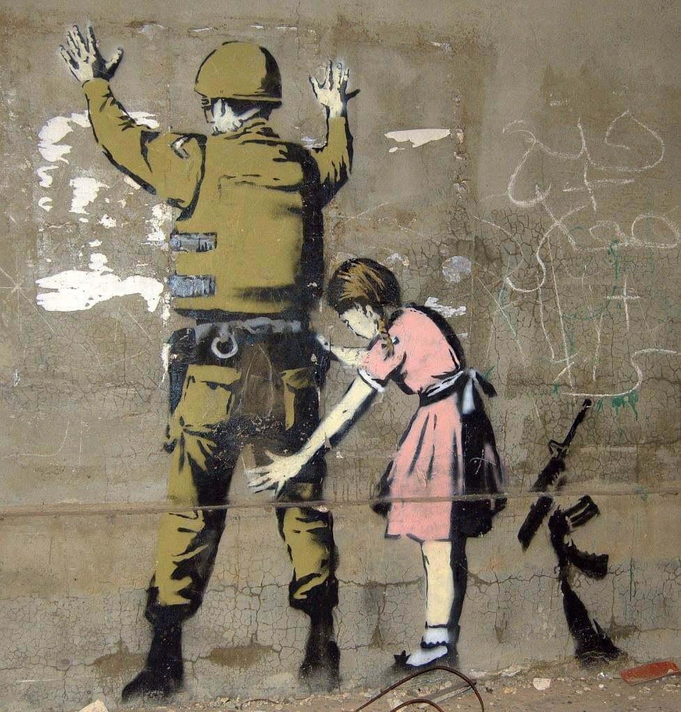 Niña revisando militar por Banksy