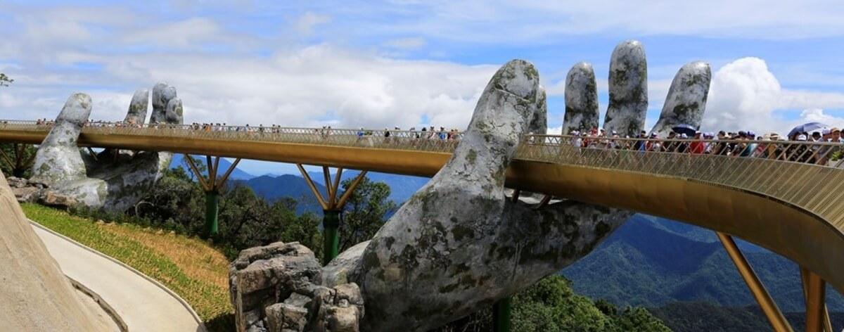 Puente sostenido por manos en Vietnam
