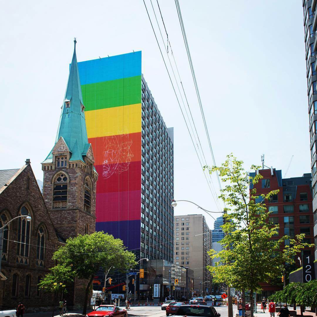 Okuda San Miguel, crea un gigantesco mural en Toronto en celebración a la diversidad, la naturaleza y el conocimiento, en Parkside Student Residence.
