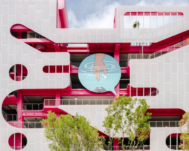 Museum Garage es un edificio conformado por 7 pisos. Lo que llama la atención de este peculiar edificio es la manera en la que está diseñado, ya que está hecho a base de fachadas artísticas en diferentes posiciones.