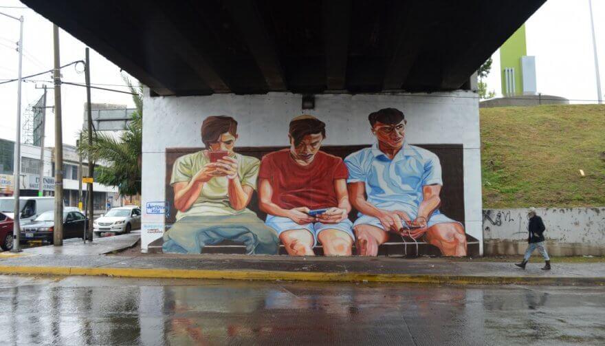 Jupiter Fab es un artista italiano que mediante murales, resalta el uso adictivo de la tecnología.