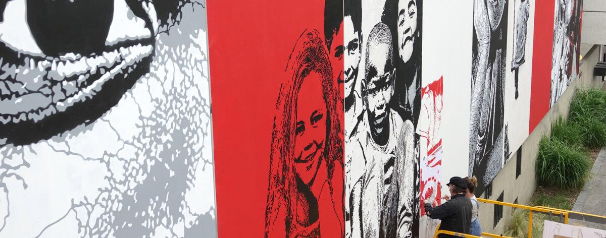 Jef Aerosol interviene en Wall Street Art Festival , Francia