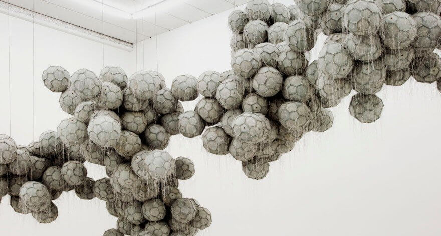 Dario Escobar crea esculturas abstractas con artículos deportivos