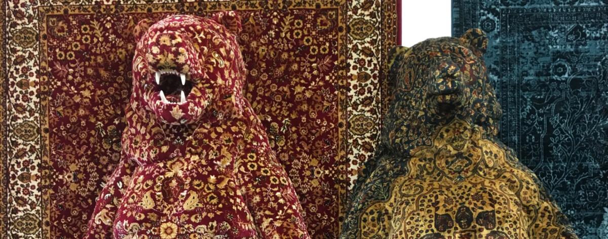 Alfombras persas sobre modelos de animales salvajes