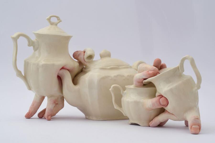 Vajilla con esculturas del cuerpo humano - ACC
