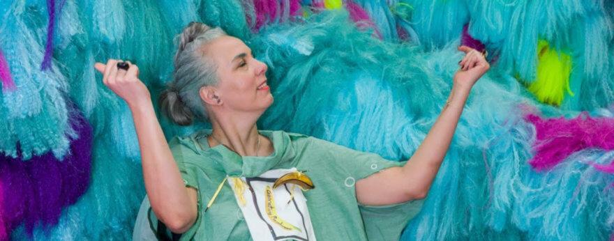 Coloridas instalaciones artísticas hechas con cabello