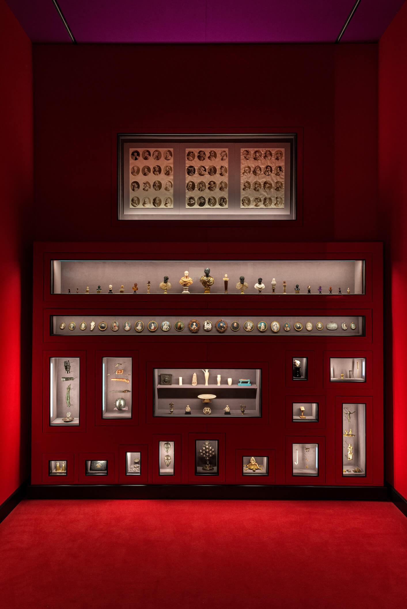 Obras escultóricas en miniatura en la exposición de Wes Anderson y Juman MAlouf