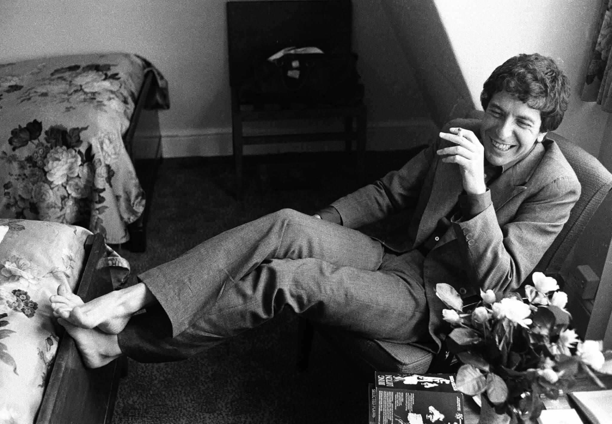 Leonard Cohen sentado y fumando