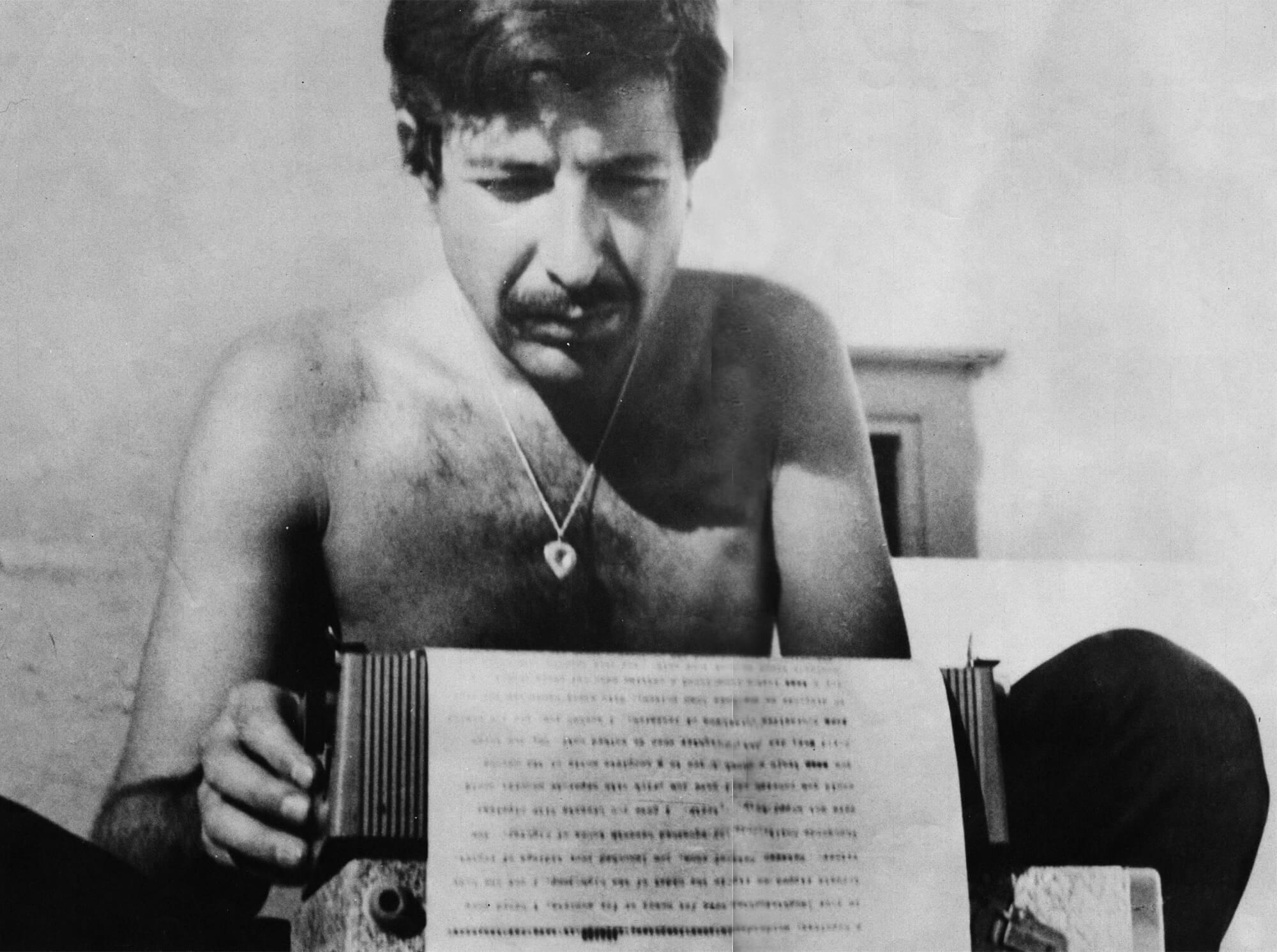 Fotografía de Leonard Cohen joven escribiendo
