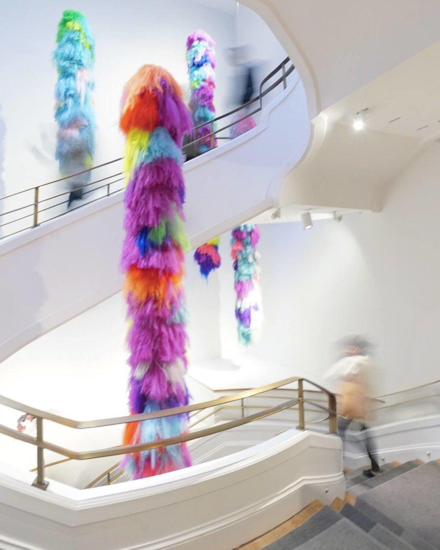 Instalación Neverscape de Shoplifter hecha con cabello de colores