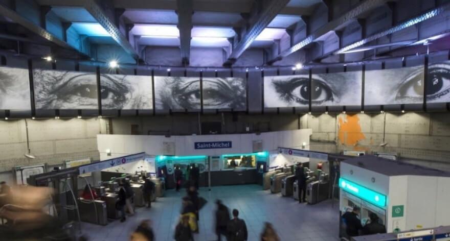 Instalación fotográfica de el artista JR en el metro de París