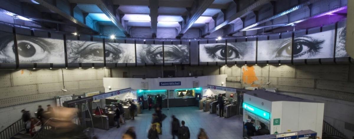 El artista urbano JR invade con fotos el metro de París
