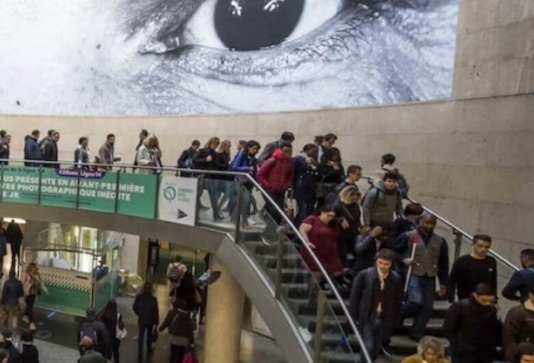 Instalación fotográfica de el artista urbano JR en el metro de París V
