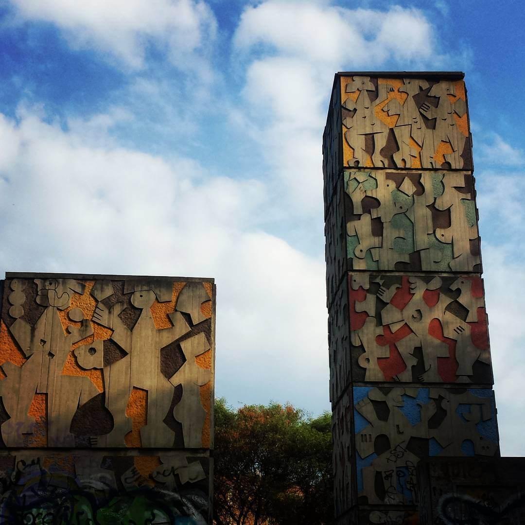 Murales geométricos de Carlos Mérida sobre edificios del Multifamiliar Juárez