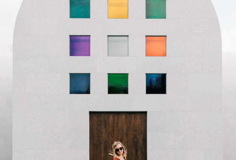 Mujer frente a la Obra Austin de Ellsworth Kelly en el Museo Blanton de Texas