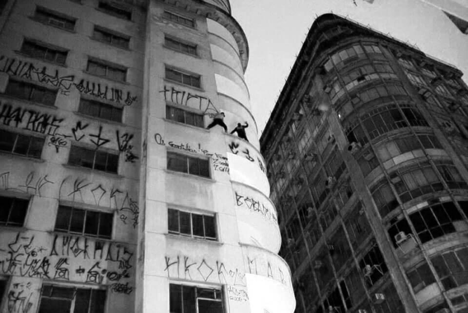 Edificio con graffiti y pelea