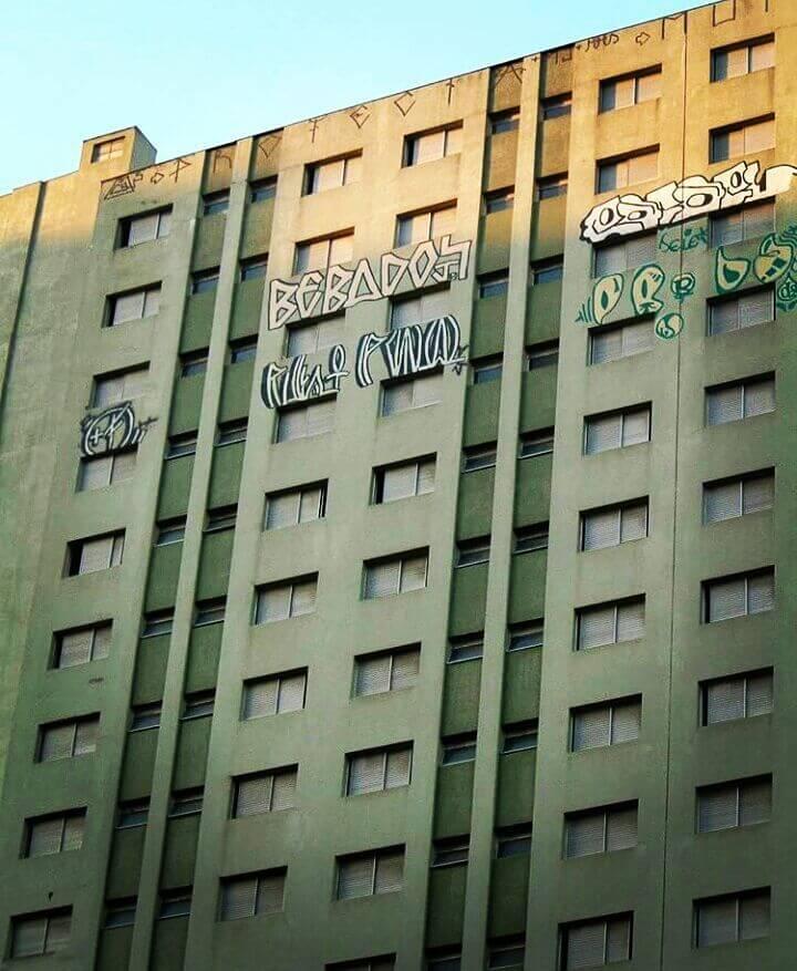 Edificio con graffitis en el exterior