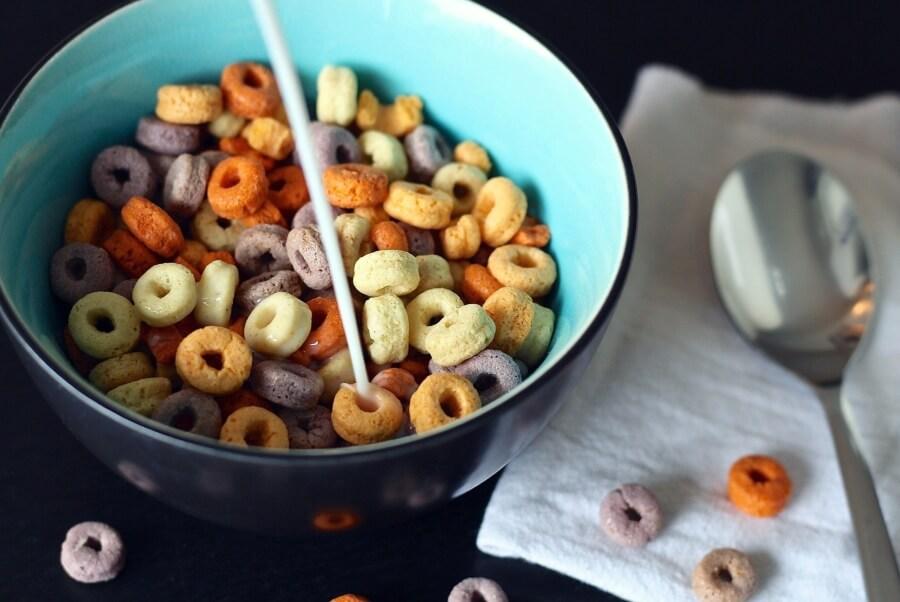 Plato de cereal con leche