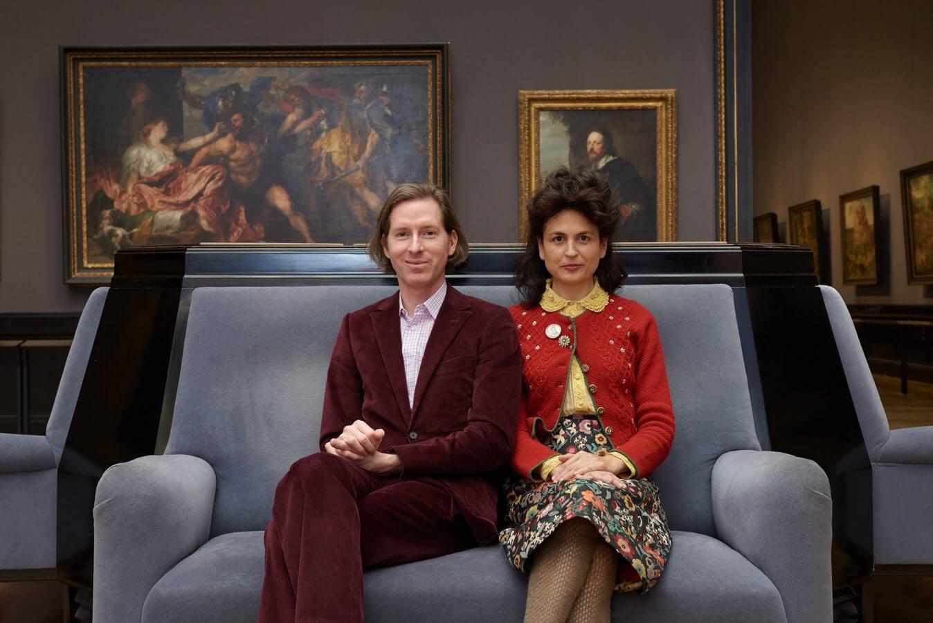 Wes Anderson y Juman Malouf sentados en un sofá dentro del Museo de Historia del Arte de Viena