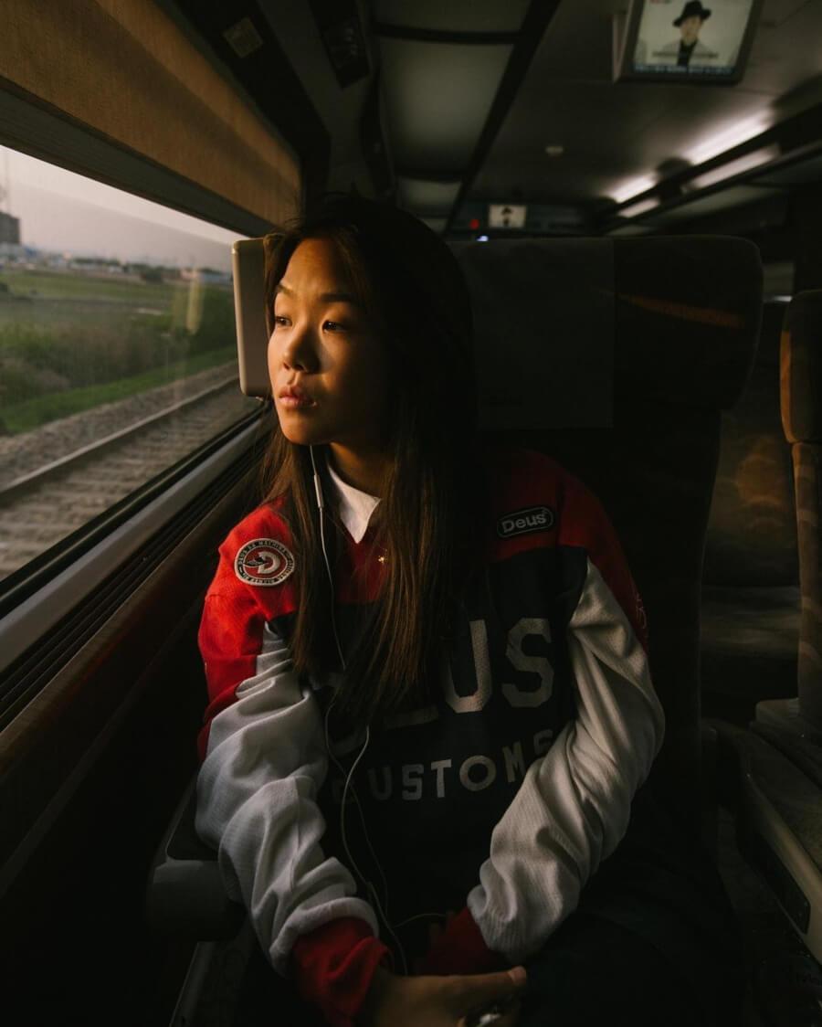 chica observando en tren