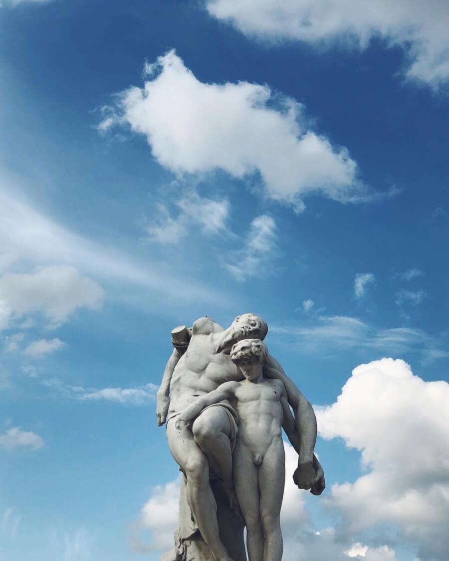 estatua y cielo