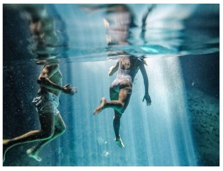 personas nadando