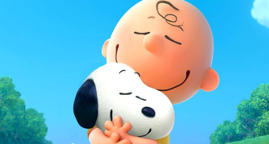 Charlie Brown y Snoopy abrazándose, un still de la película