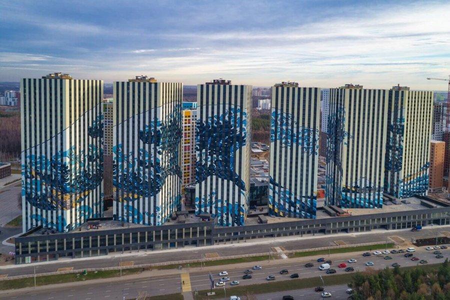 Edificios de Moscú con La gran ola en su fachada