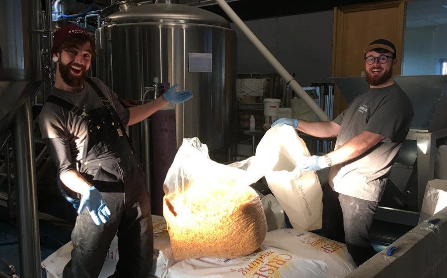 Foto de los seven bro7hers haciendo cerveza con cereal Kelloggs