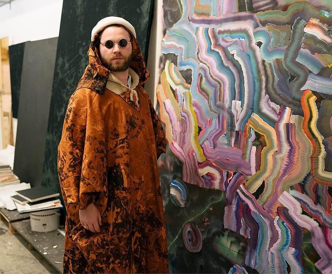 Fotografía de Alexandre Bavard con un traje regional