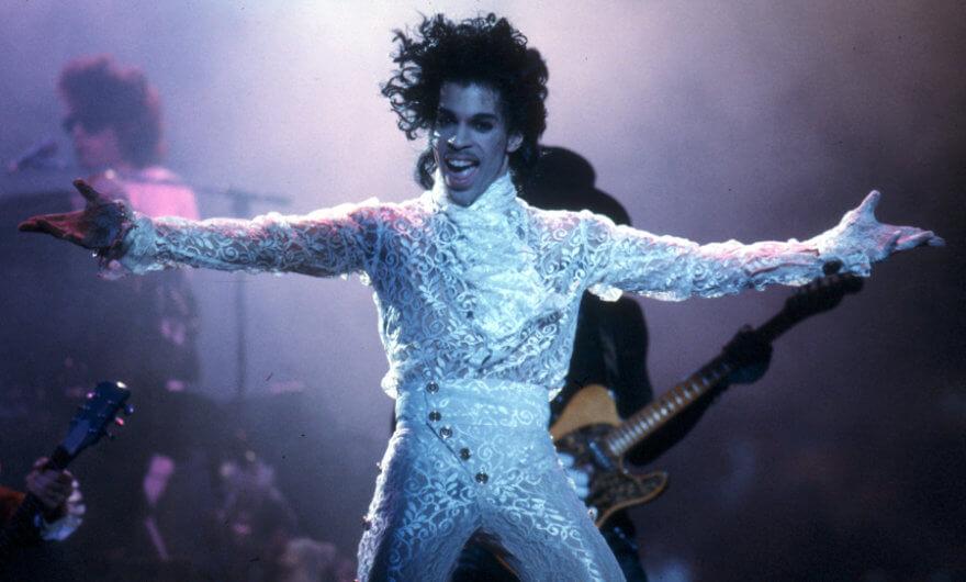 Foto de Prince en un concierto - Universal Pictures prepara musical de Prince