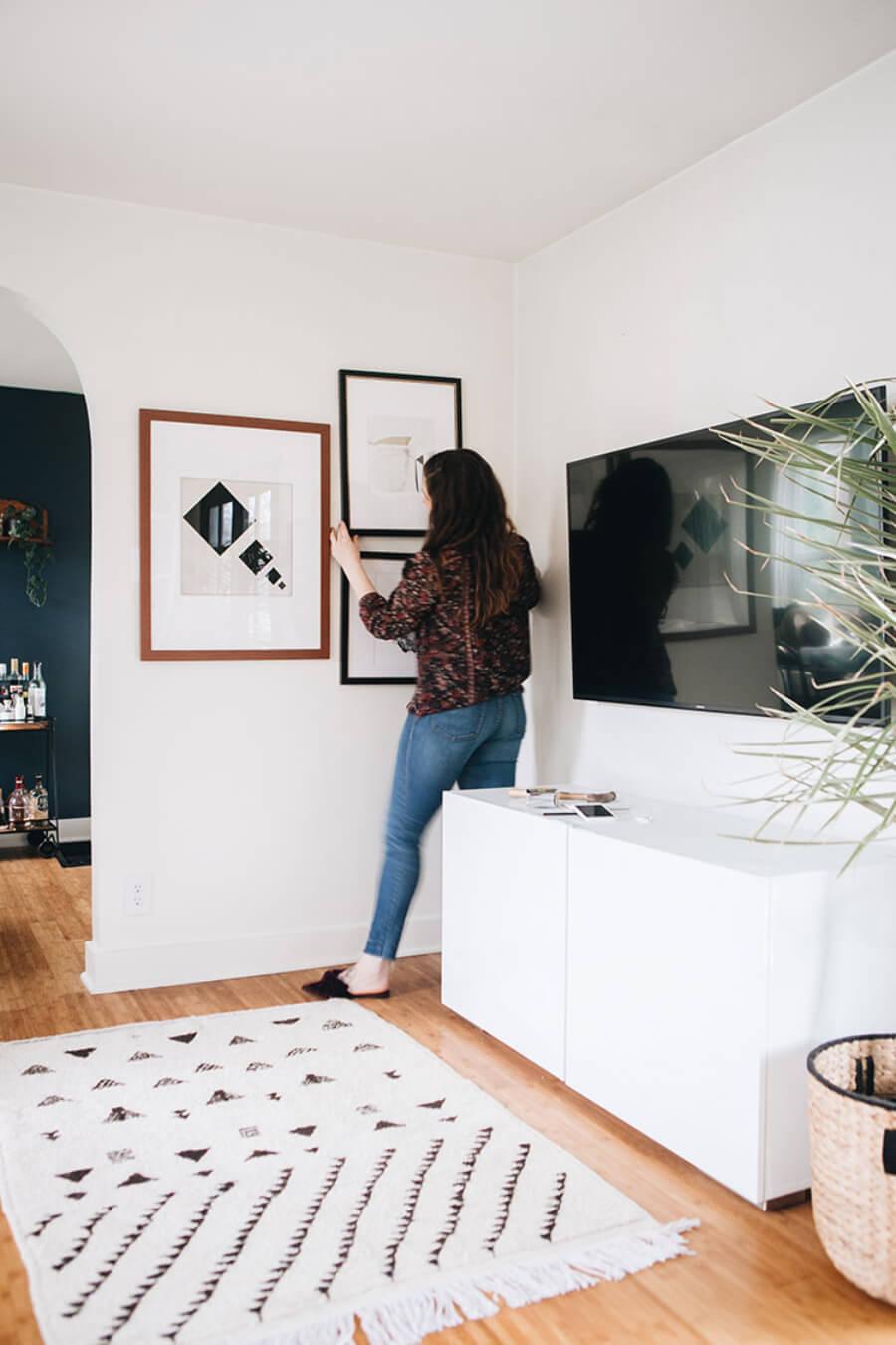 Fotografía de persona decorando su hogar